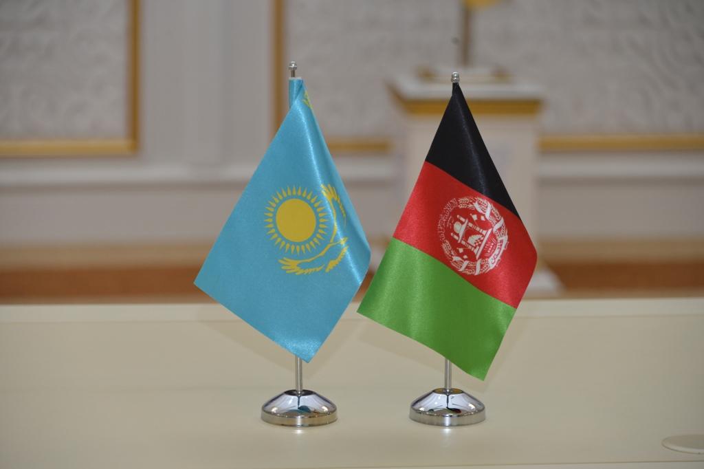 Флаги Казахстана и Афганистана