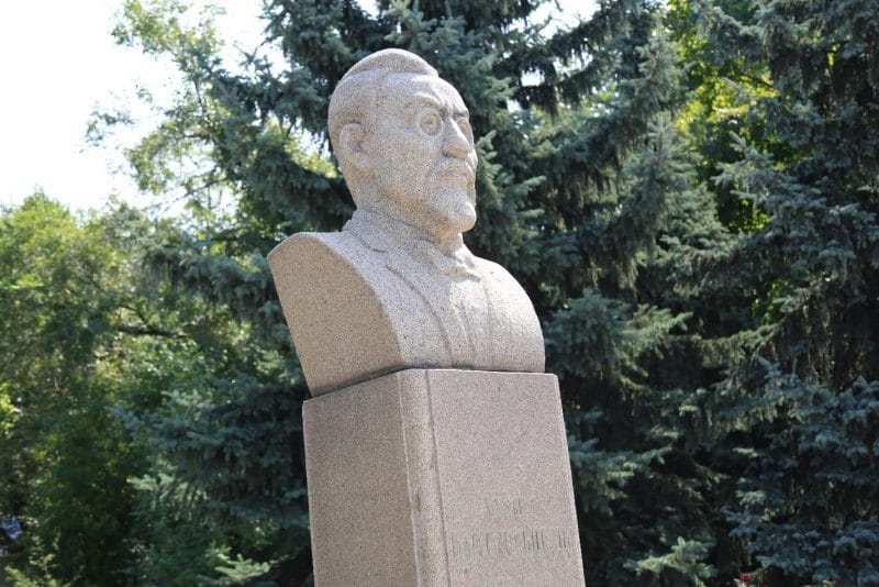 Памятник у входа в Дом-музей Ахмета Байтурсынова