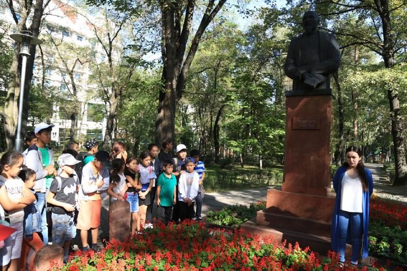 Памятник акыну Т. Изтлеуову